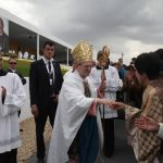 El delegado papal, cardenal Angelo Amato, saluda a fieles de Asia.