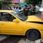 El taxi en el que viajaban dos mujeres, una de ellas embarazada de 9 meses, fue impactado por un automovilista que conducía en sentido contrario.