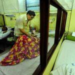 Rolando Silva, el jefe del Servicio de Oncología del Rosales, atiende a una paciente. foto edh /