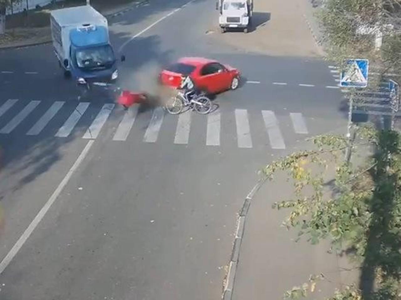 Ciclista se salva 2 veces de morir