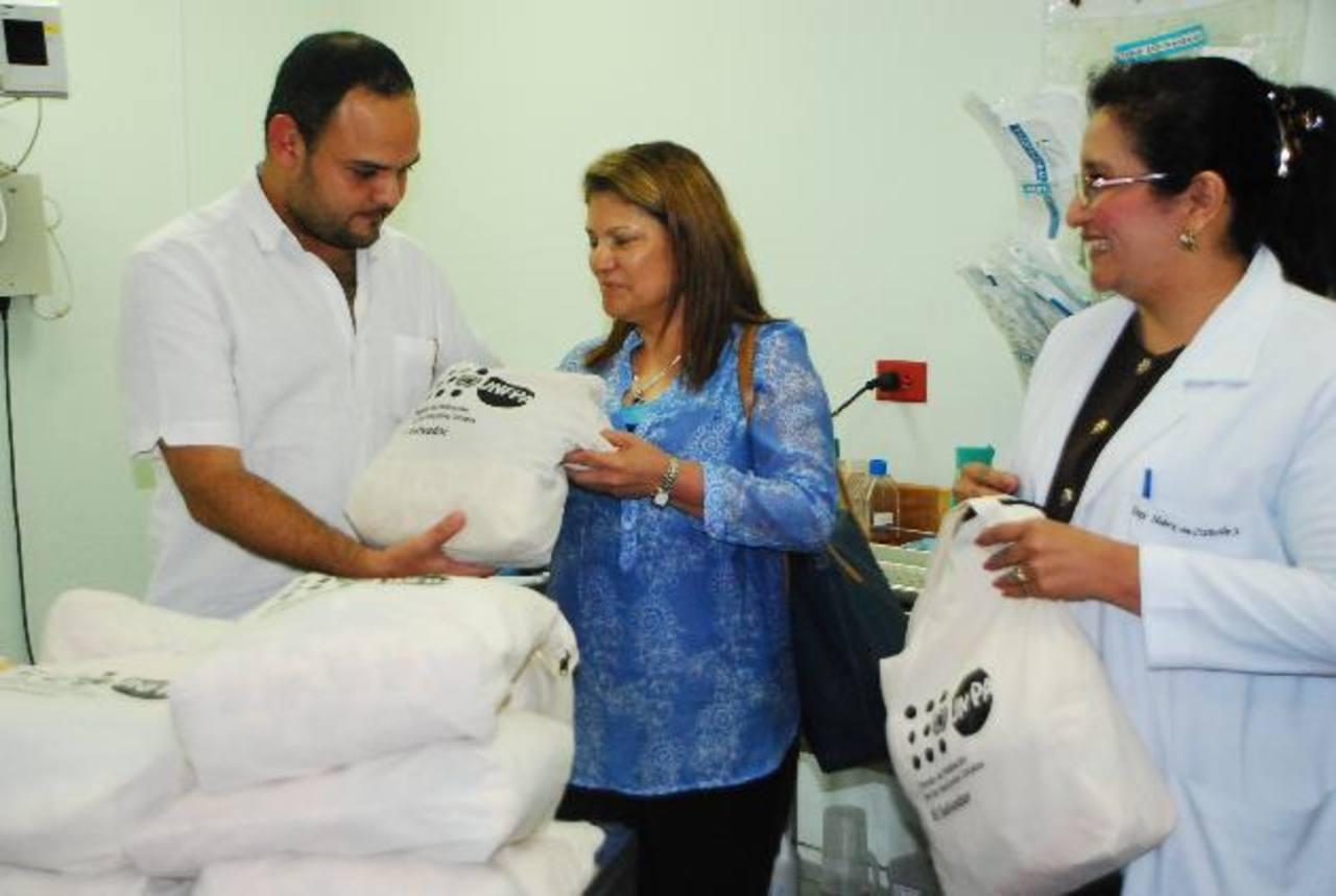 """Los """"kits de dignidad"""" fueron entregados por el representante de UNFPA al Ministerio de Salud. Foto EDH / JENNY VENTURA."""