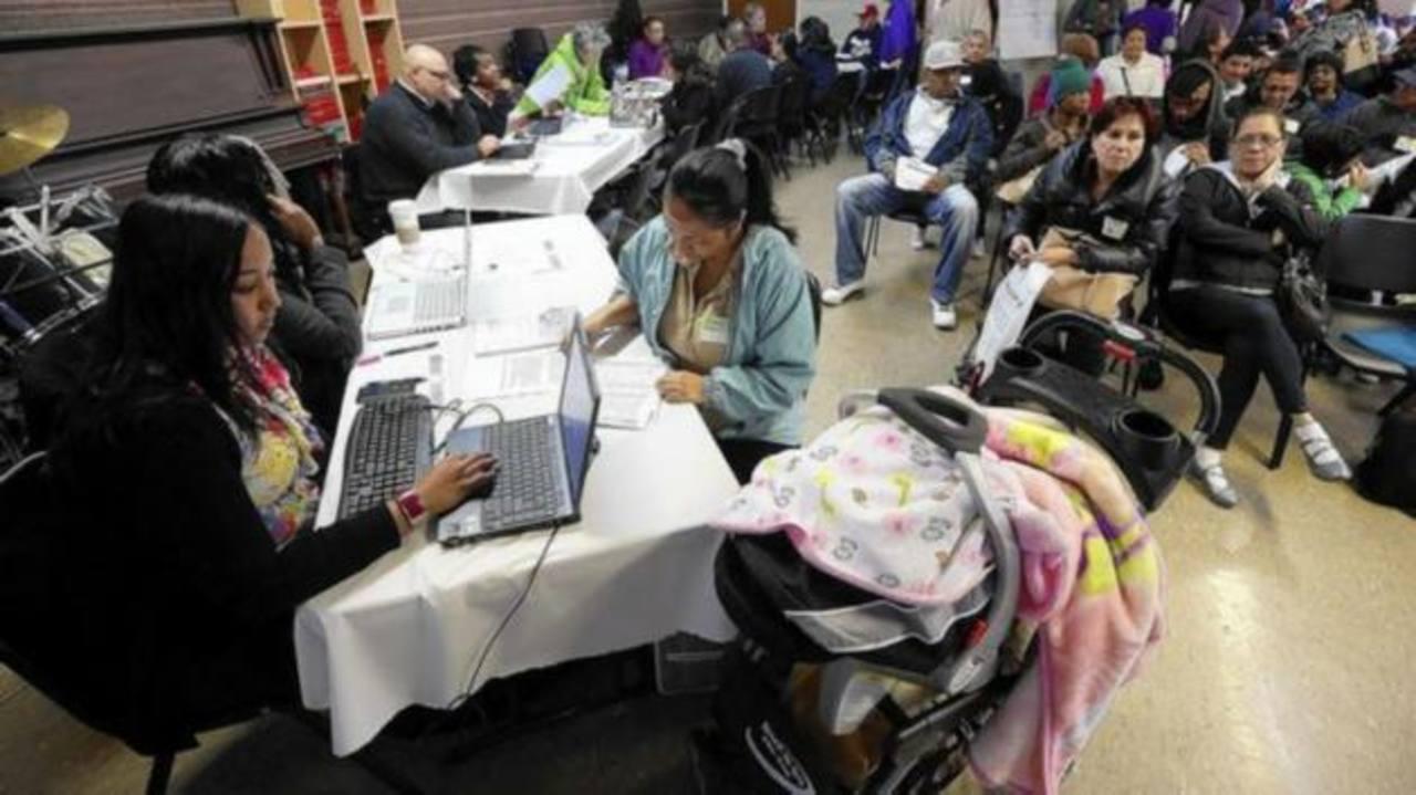 Quienes no cumplan con los requisitos y estén recibiendo ayuda federal tendrán que regresar el apoyo recibido. foto edh / internet