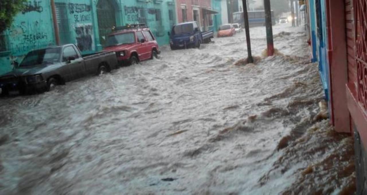 Protección Civil informó que en algunos puntos del centro de la ciudad, el nivel del agua subió hasta un metro. foto edh / cortesía @renefas
