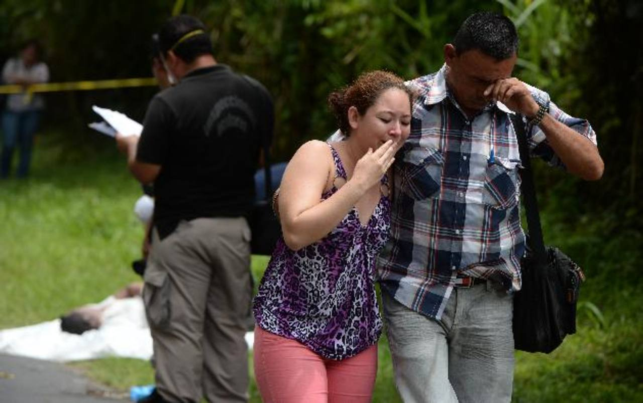 El cadáver de Raúl Quintanilla fue abandonado en la calle al Lago de Ilopango. Desapareció el miércoles. Foto EDH /Jaime Anaya