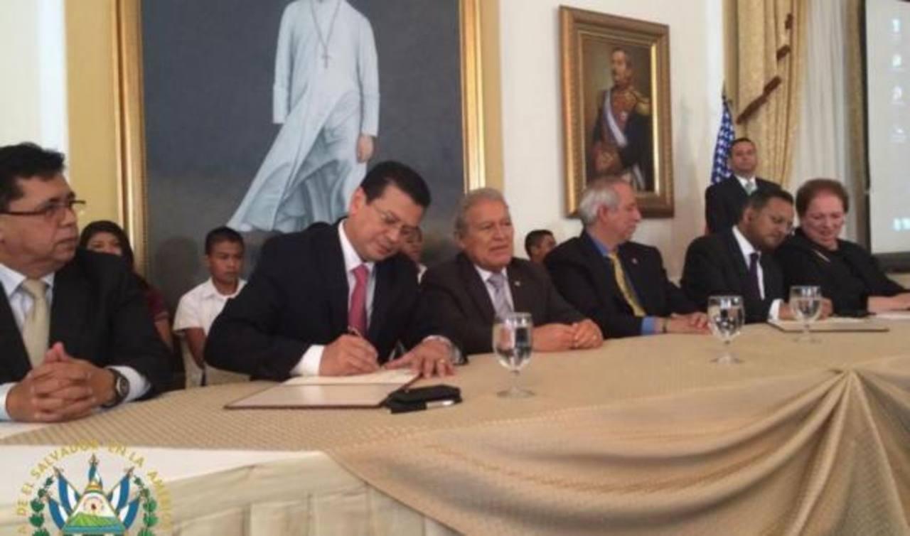 El Salvador y Estados Unidos firman acuerdo por Fomilenio II