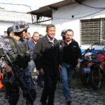 El jefe de la DAN, Marco Tulio Lima, acompaña ayer al exmandatario Francisco Flores en su traslado a las bartolinas policiales. Foto edh / Foto cortesía pnc