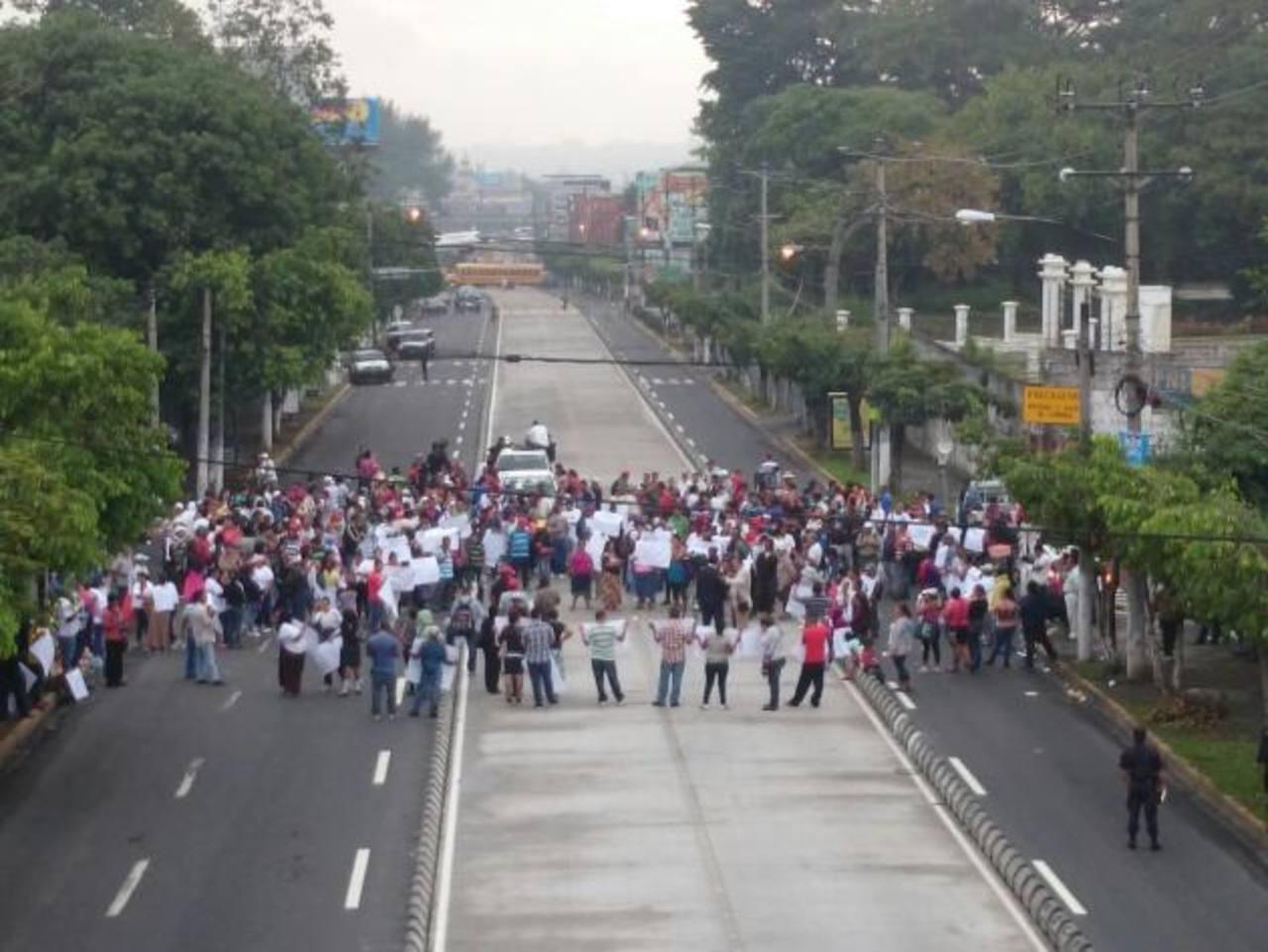 Habitantes de varias comunidades de San Salvador protestan por el alto costo de la vida.