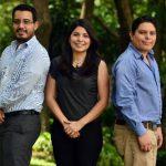 Juan Argüello (der.), Altagracia Martínez y Kevin Bonilla, los jóvenes fundadores de Enerssal. foto EDH/ René Quintanilla