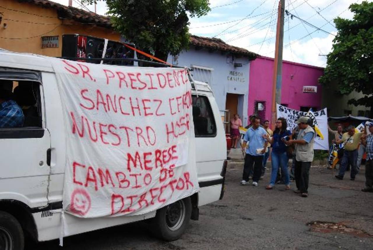 Los sindicalistas también mostraron su inconformidad con pancartas. Foto EDH/ cristian Díaz