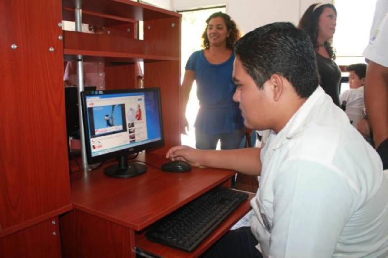 El espacio cuenta con 21 computadoras para que los estudiantes puedan realizar sus tareas escolares. Foto EDH /cortesía