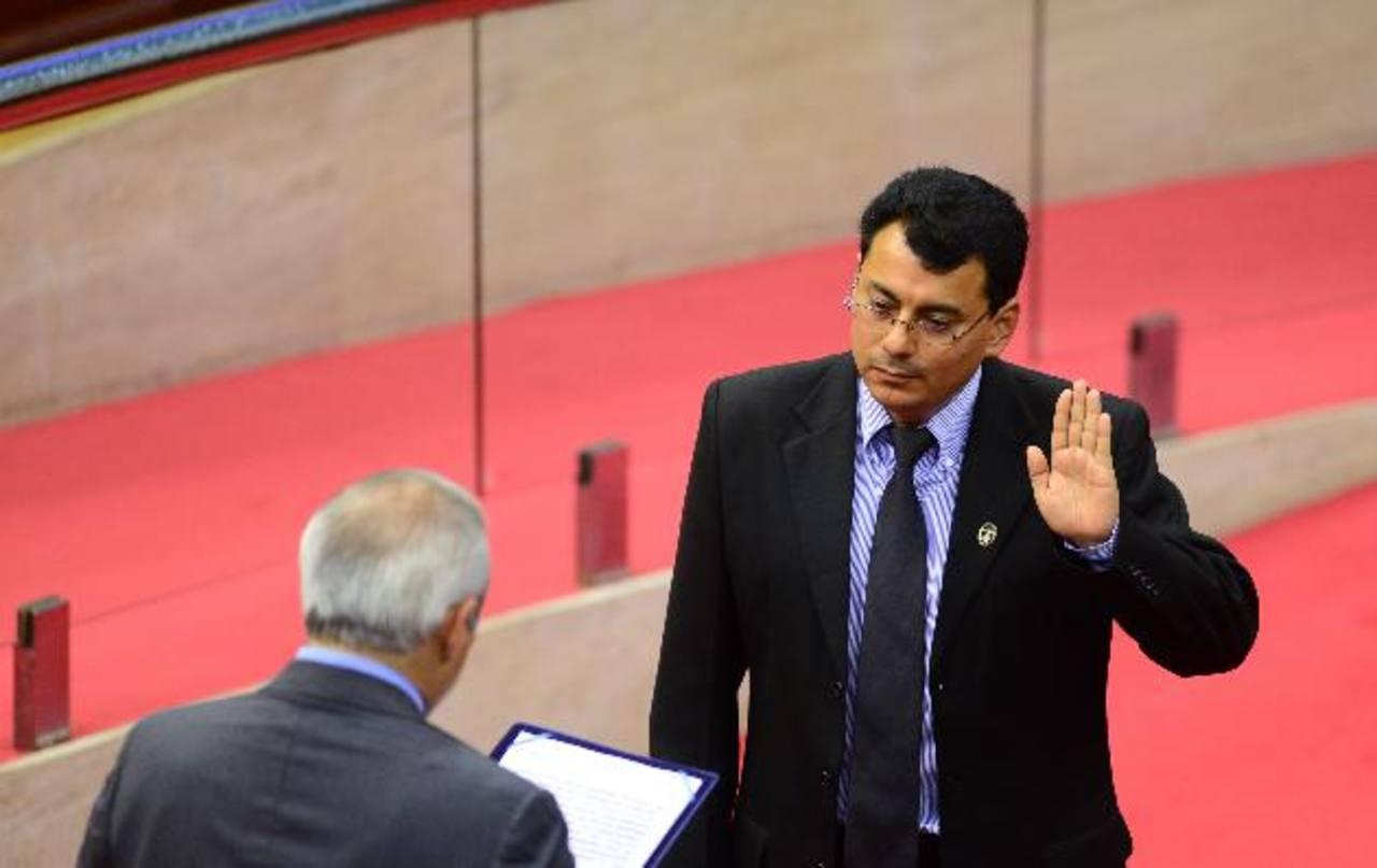Julio Olivo al momento de ser juramentado como titular del TSE, a finales de julio anterior. Foto EDH /ARCHIVO