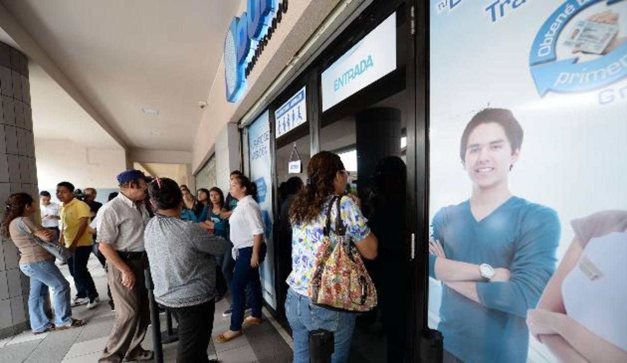 Vota Joven ha pedido que se emita un decreto transitorio para que más jóvenes acudan a los Duicentros a enrolarse. foto edH/ ARCHIVO