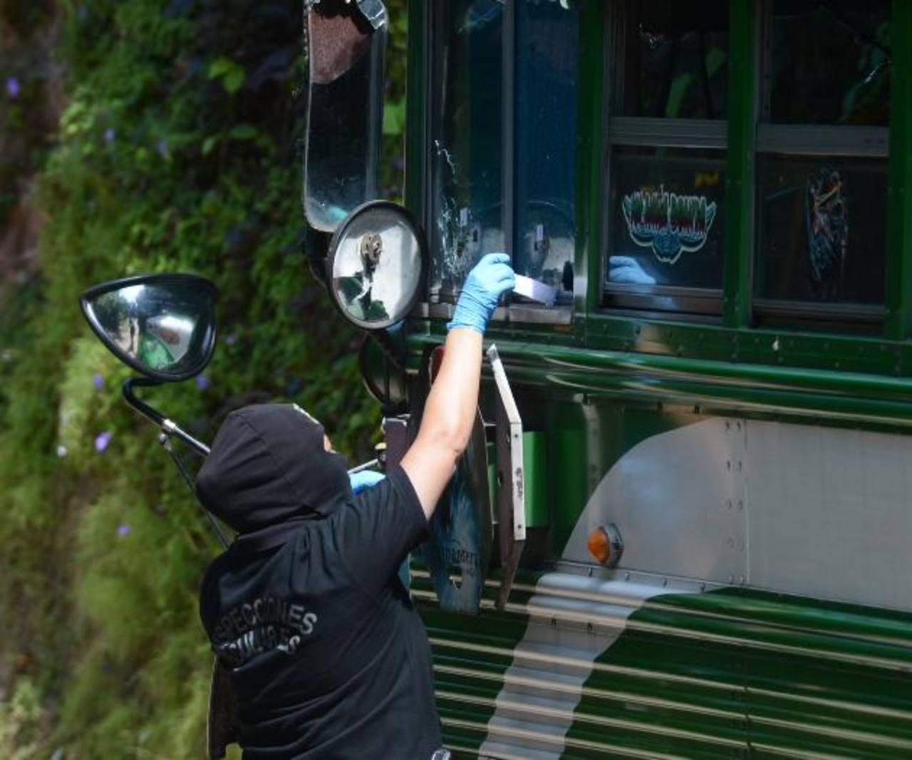 Un investigador levanta evidencias del autobús placas 76-743, cuyo conductor fue asesinado la mañana de ayer en el cantón San Francisco de San Pedro Perulapán. Foto EDH / Douglas Urquilla