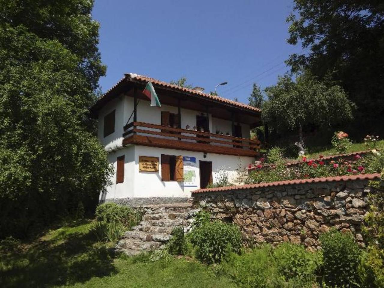 Exterior del pequeño museo del yogur búlgaro, ubicado en la aldea de Studen Izvor, cuna natal de Stamen Grigorov.