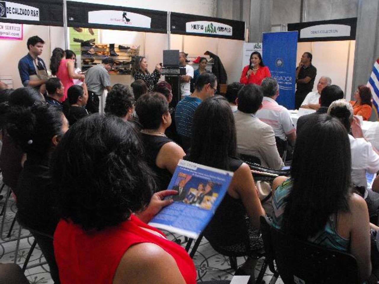 Cientos de personas, de diferentes partes del país, llegaron a la feria para conocer el trabajo del calzado en la Ciudad Morena.