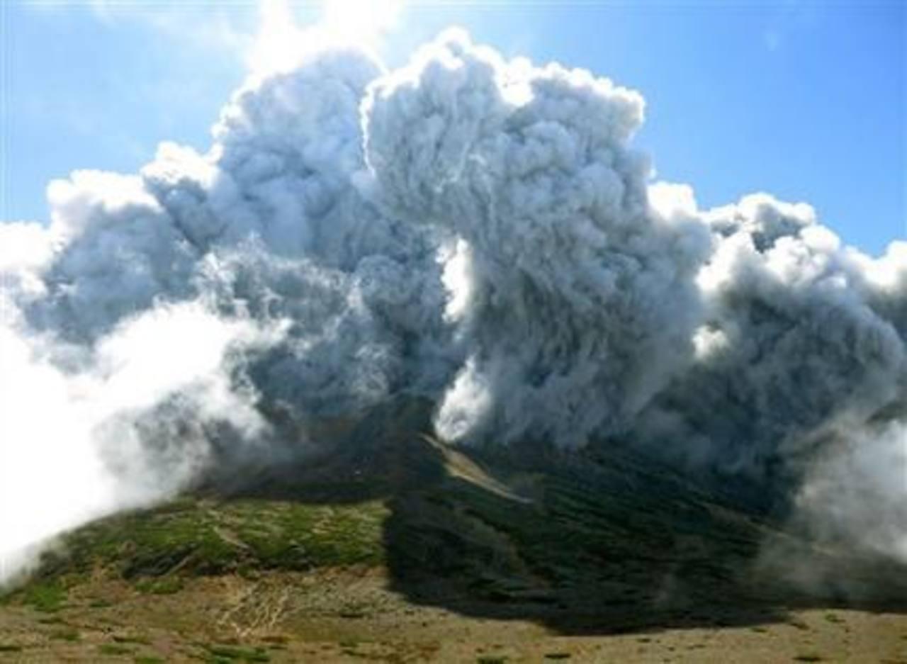 Al menos 31 muertos tras erupción de volcán en Japón
