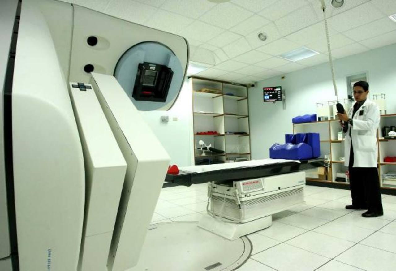 Un técnico del Seguro Social permanece en el área de radioterapia. foto edh / archivo