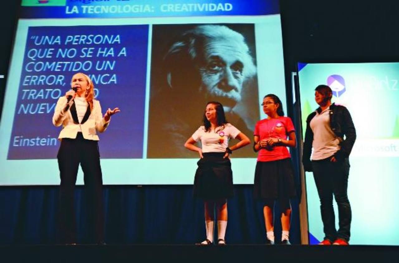 Los conferencistas intercambiaron experiencias e invitaron a las jóvenes a participar. fotos edh / leonardo gonzález