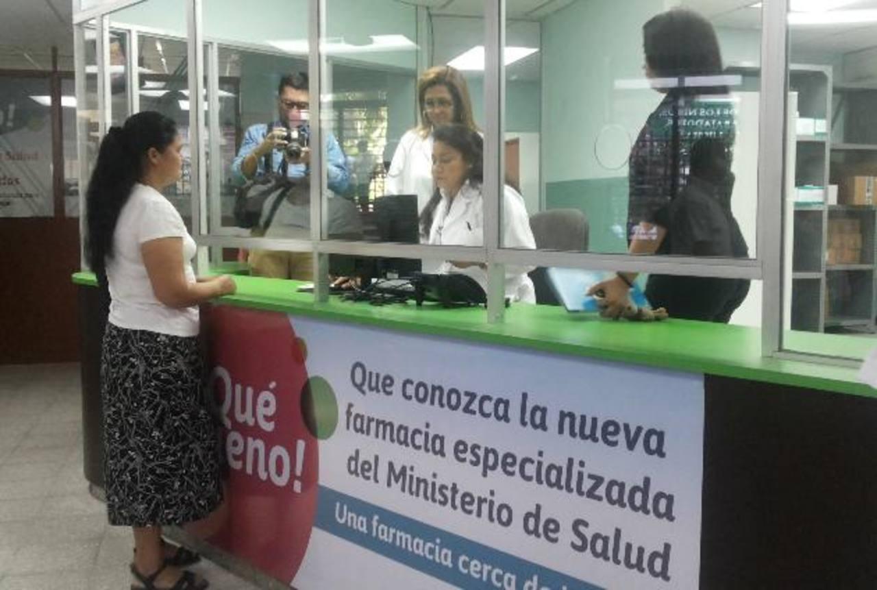 Una mujer espera que le despachen las medicinas en la nueva farmacia especializada. Foto EDH / Yamileth CÁCERES.