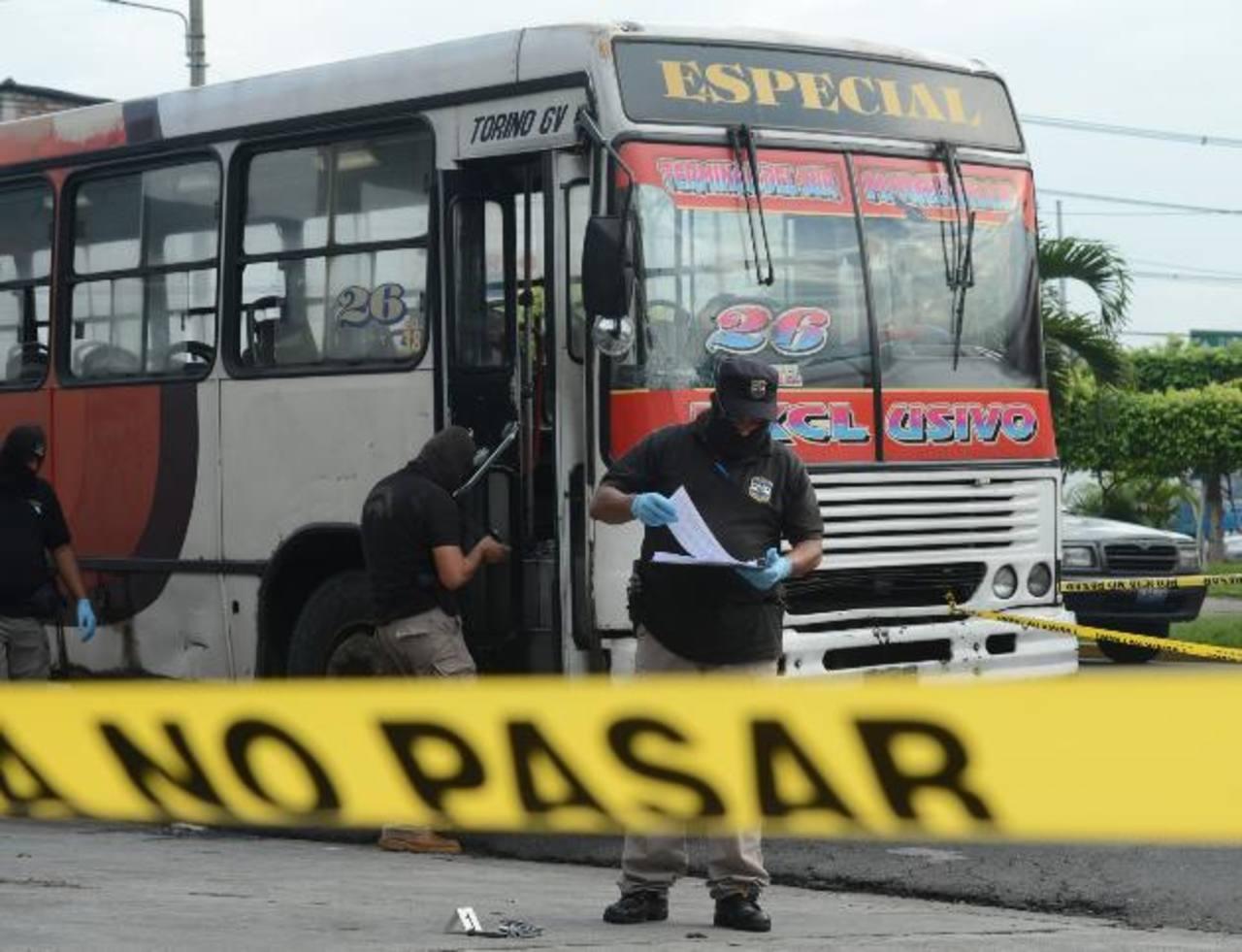 Los tres delincuentes fueron sorprendidos por los pasajeros. Uno murió y dos fueron lesionados. Foto EDH / Douglas Urquilla
