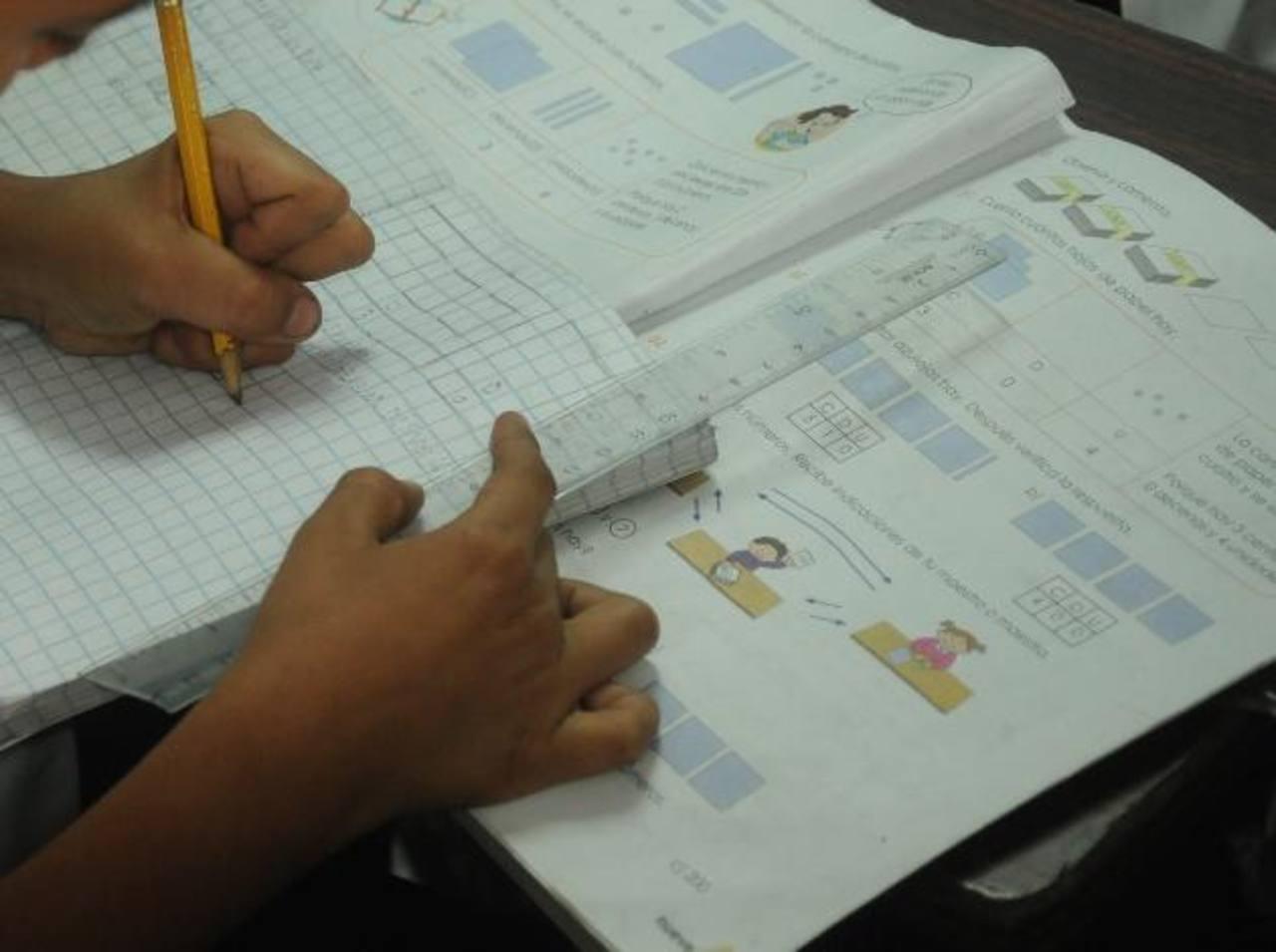 La falta de recursos para trabajar en las aulas, la mala actitud de los estudiantes y los problemas de violencia son algunas de las cosas que frenan la calidad educativa. Foto EDH / ARCHIVO