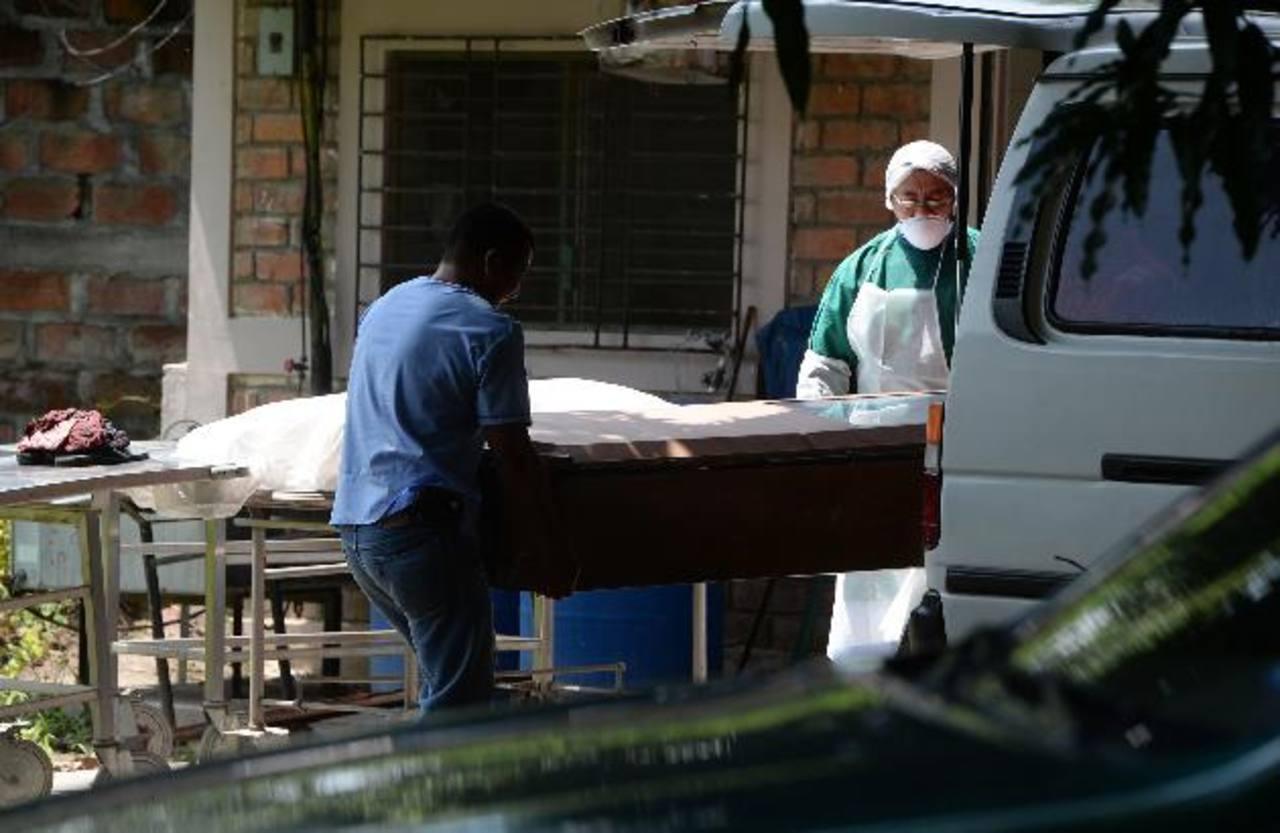 Médicos preparan los cadáveres de Guillermo Martínez y Claudia Ramírez. Foto EDH / JAIME ANAYA.