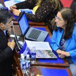 Norma Guevara, del FMLN (derecha) platica con uno de sus asesores. Según Guevara, el TSE ya cuenta con fondos para elecciones. Foto EDH / RENÉ QUINTANILLA.