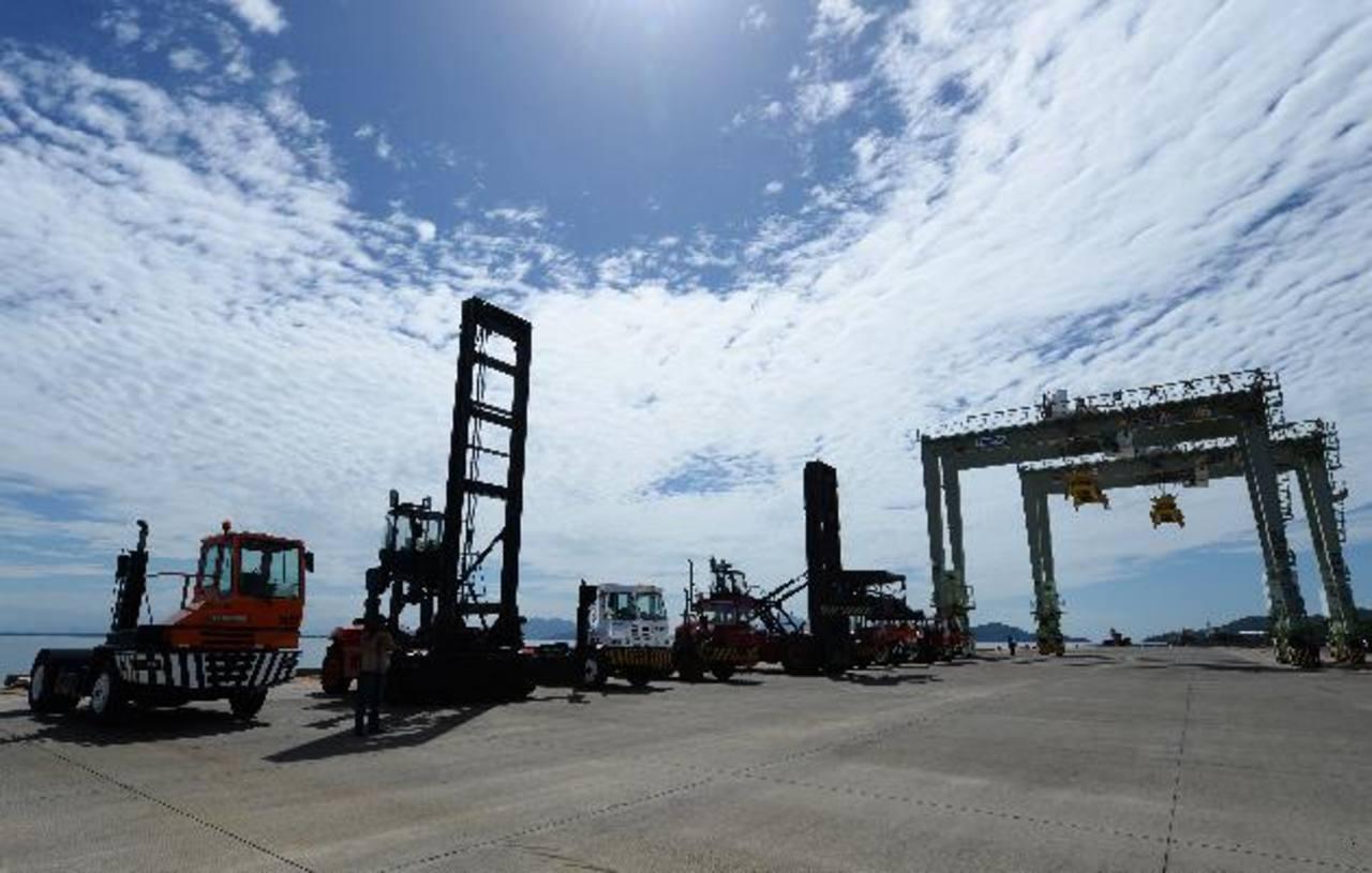 Por ahora el Puerto es una mole de concreto que irrumpe en el horizonte del Golfo. La millonaria obra aguarda a un operador. foto edh / Marlon Hernández