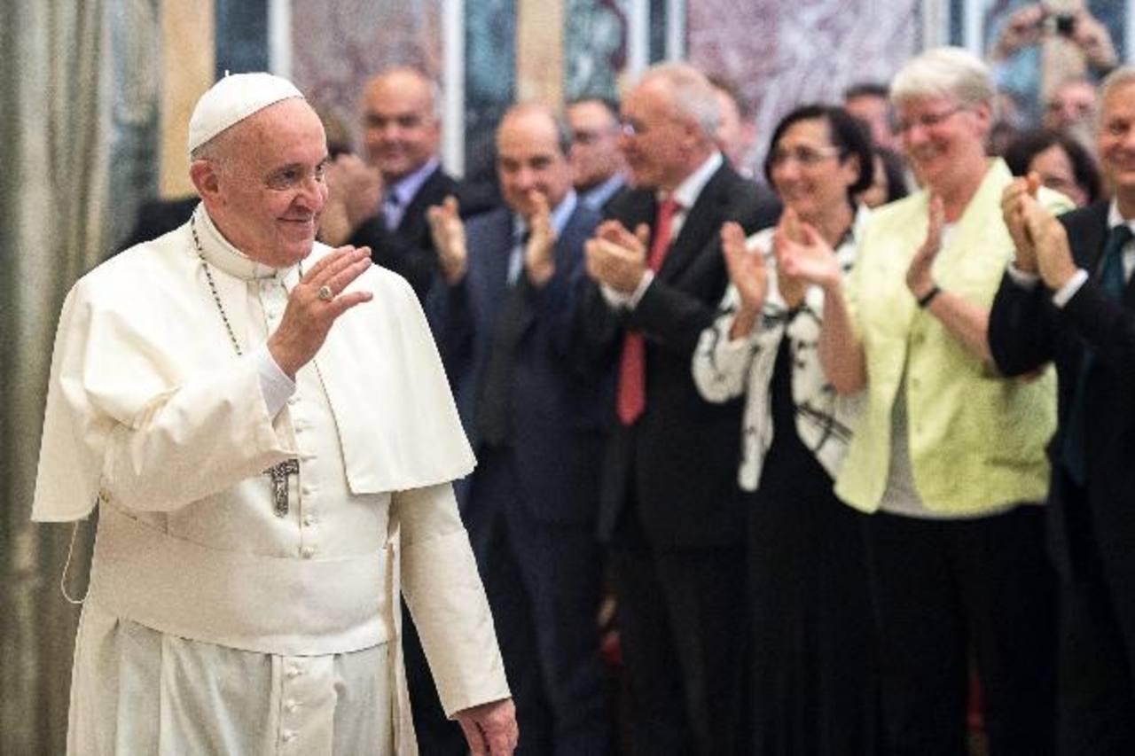 El Papa Francisco ayer durante su encuentro en el Vaticano con los miembros del Movimiento de los Focolares. EFE