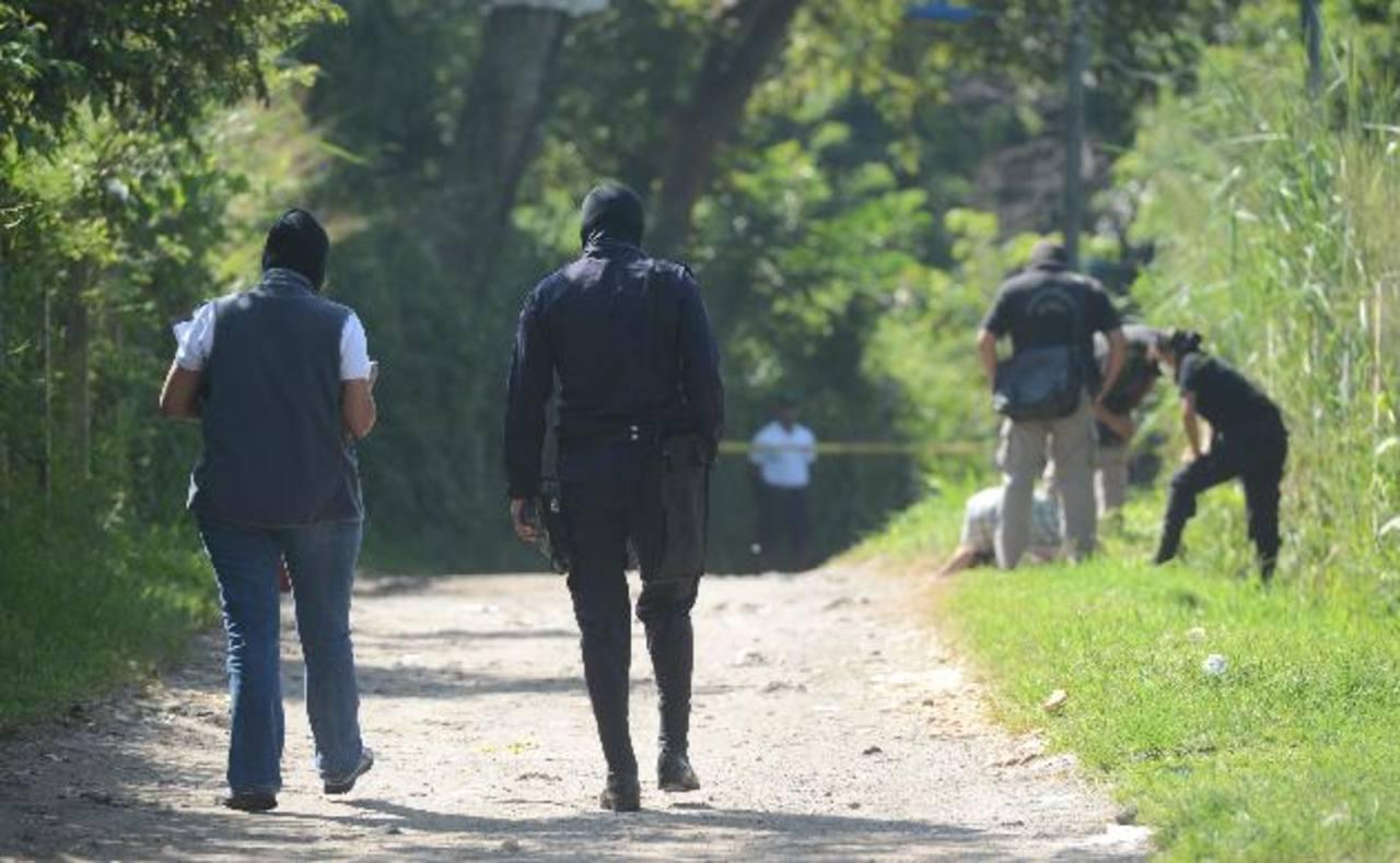 Un hombre no identificado, de entre 30 y 35 años, fue asesinado en la calle a la comunidad Las Granadillas, en la colonia Escalón. Era alto y de piel blanca. Foto EDH / Douglas Urquilla