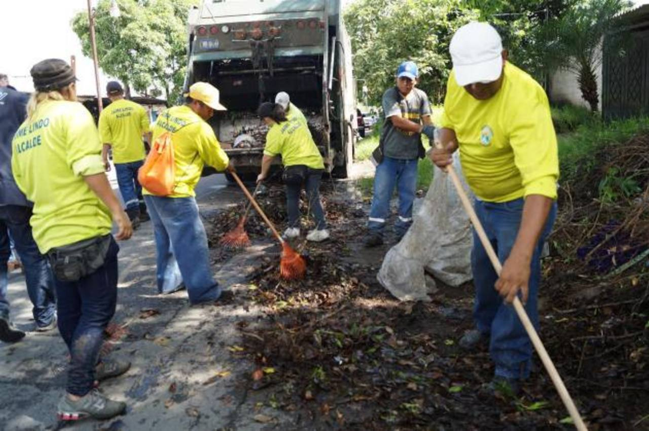 La alcaldía de Ilopango ha prestado su ayuda para recoger los desechos. Foto edh / cortesía