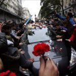 Miles de personas acompañaron el carro fúnebre que trasladó el cuerpo del cantante.