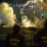 Policías y manifestantes se enfrentaron en una avenida en la comuna de Peñalolen, en Santiago (Chile). foto edh / EFEUn grupo de estudiantes fue detenido ayer luego de que se tomaran la sede del Ministerio de Educación. Foto edh / ReutersLas autorida