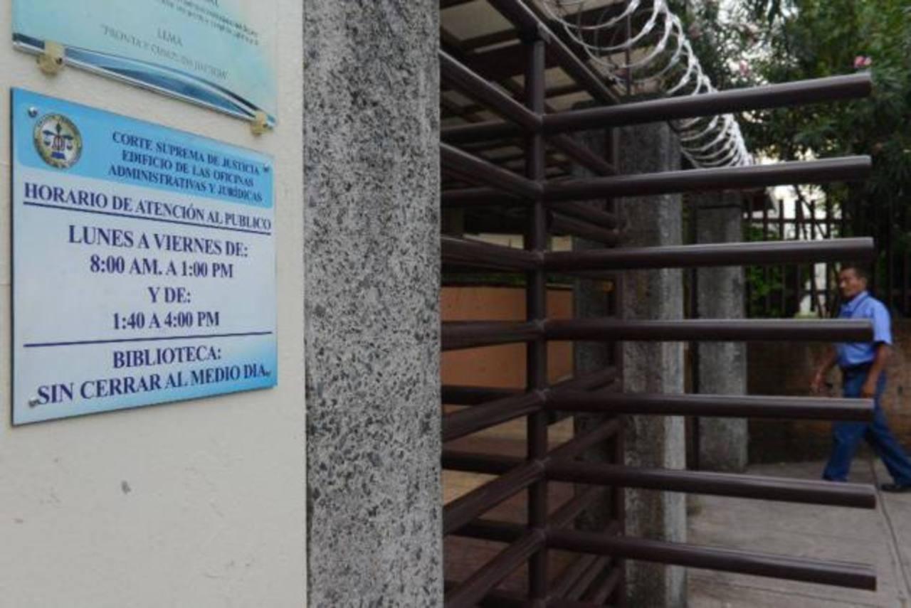 Muere secretario de la Sala de lo Civil cuando subía las gradas de la Corte