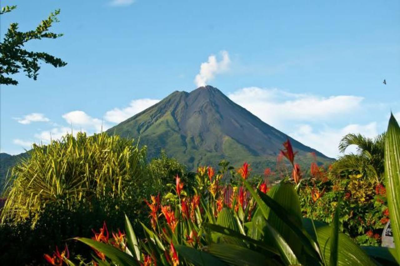 El volcán Arenal, con su forma cónica casi perfecta, sigue siendo un gran atractivo turístico por la belleza que irradia.