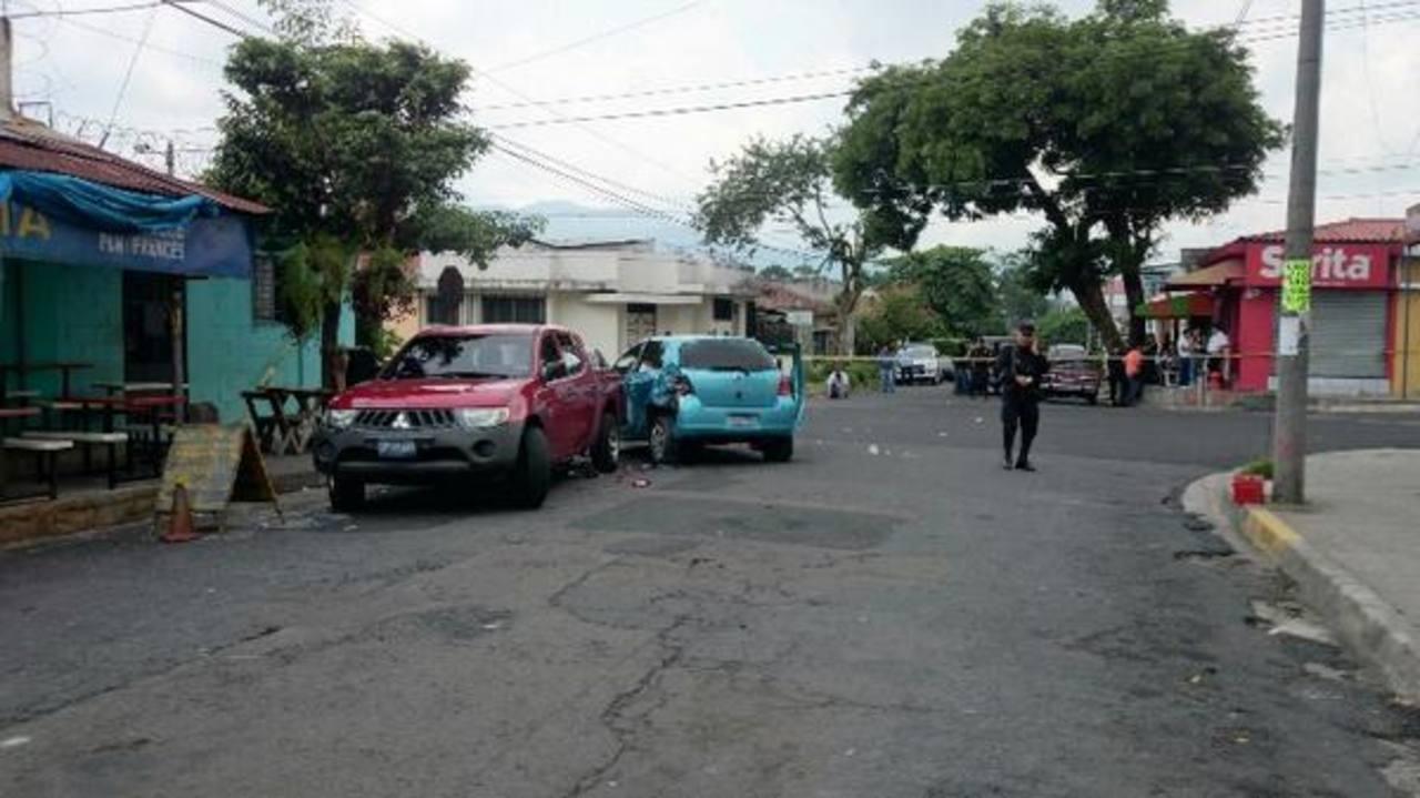 Los dos delincuentes se accidentaron en el un auto celeste que, según autoridades, habían robado.