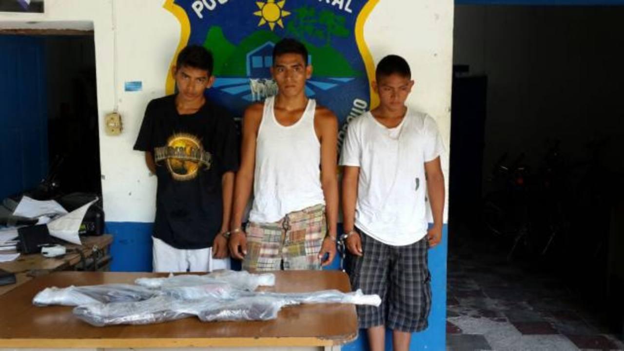 Los detenidos y las armas fueron presentados ayer por la Policía en San Luis Talpa. Foto EDH / Cortesía Alfredo Rodríguez.