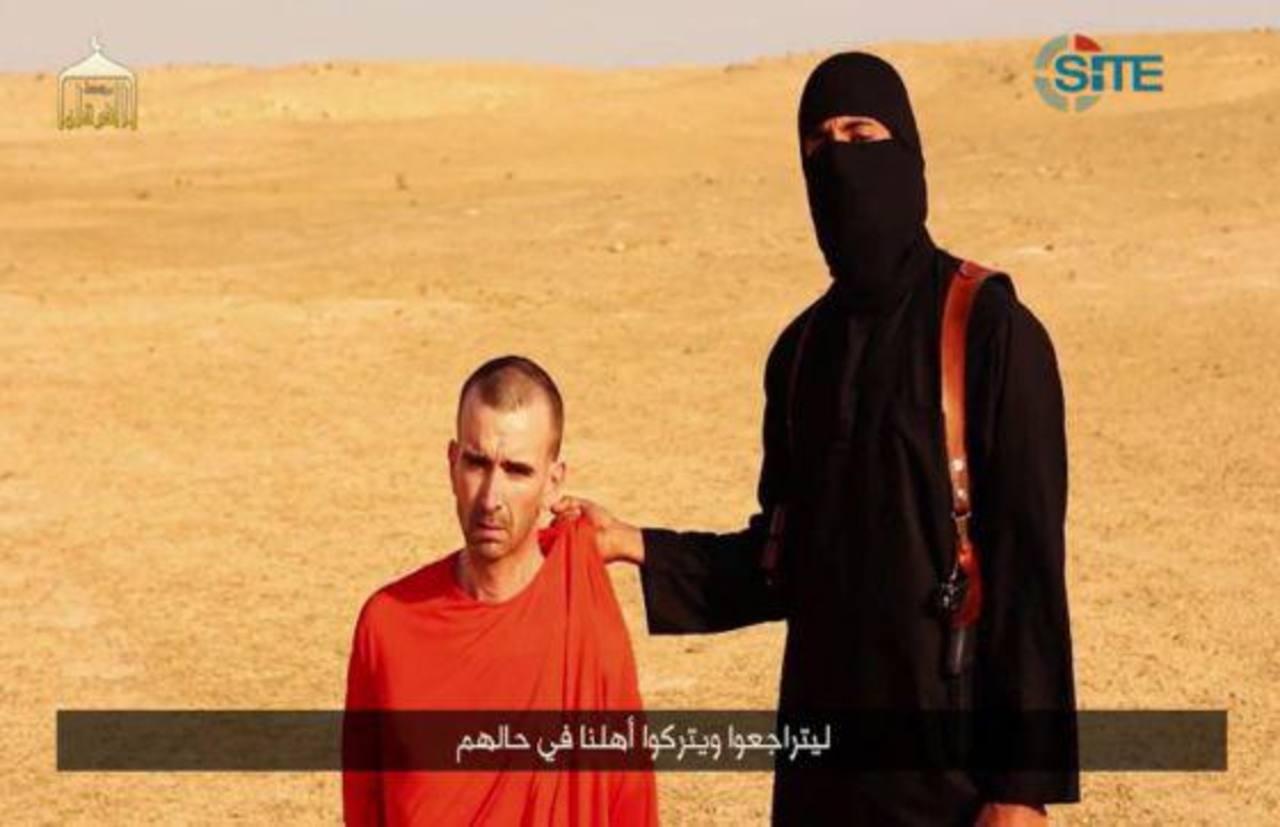 Un yihadista sostiene a David Haines en un vídeo difundido por el Estado Islámico el pasado 2 de septiembre, cuando anunciaron la decapitación del periodista Steven Sotloff. foto edh /EFE.