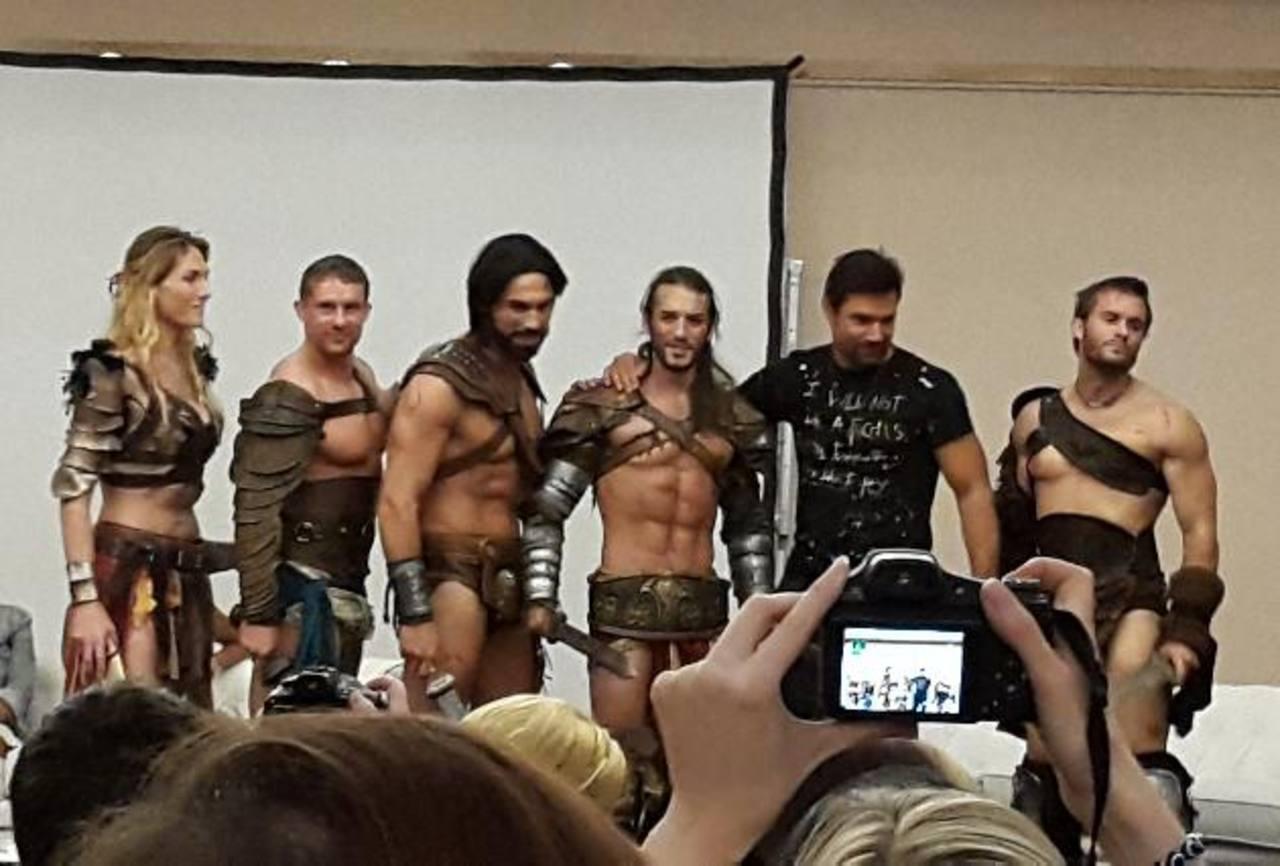 Los actores de la serie que participaron en el evento lucieron sus atuendos de guerreros.