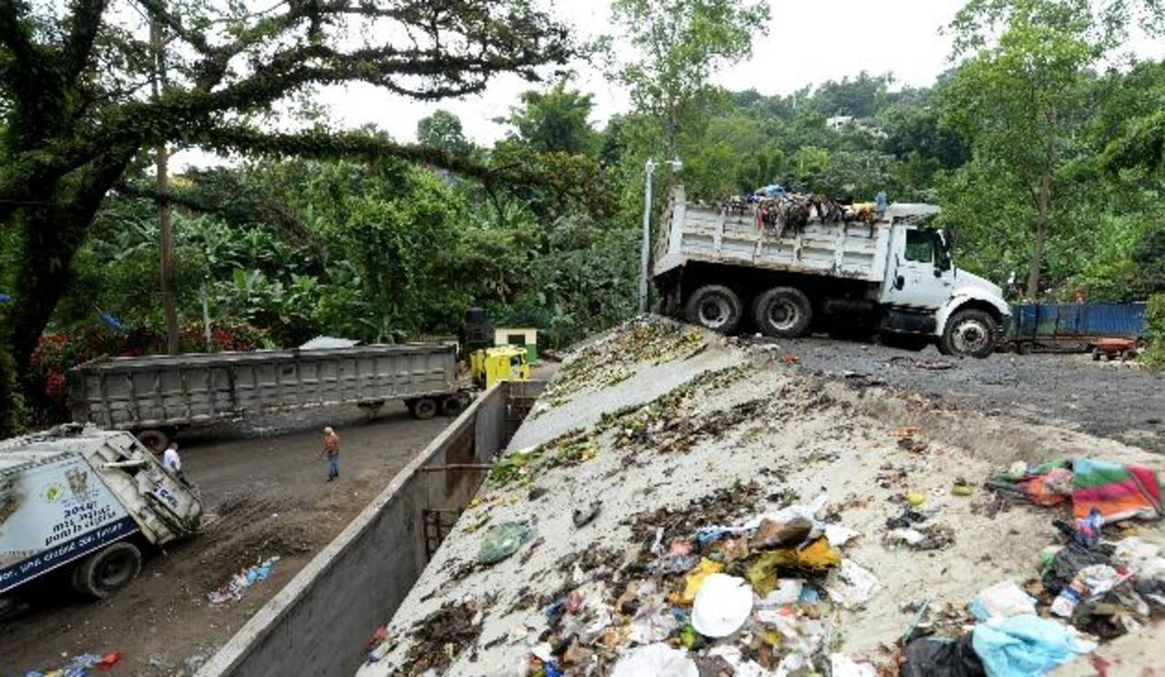 La alcaldía capitalina ha arrendado 16 camiones de volteo para trasladar los desechos hacia Mides. Fotos edh / marvin recinos