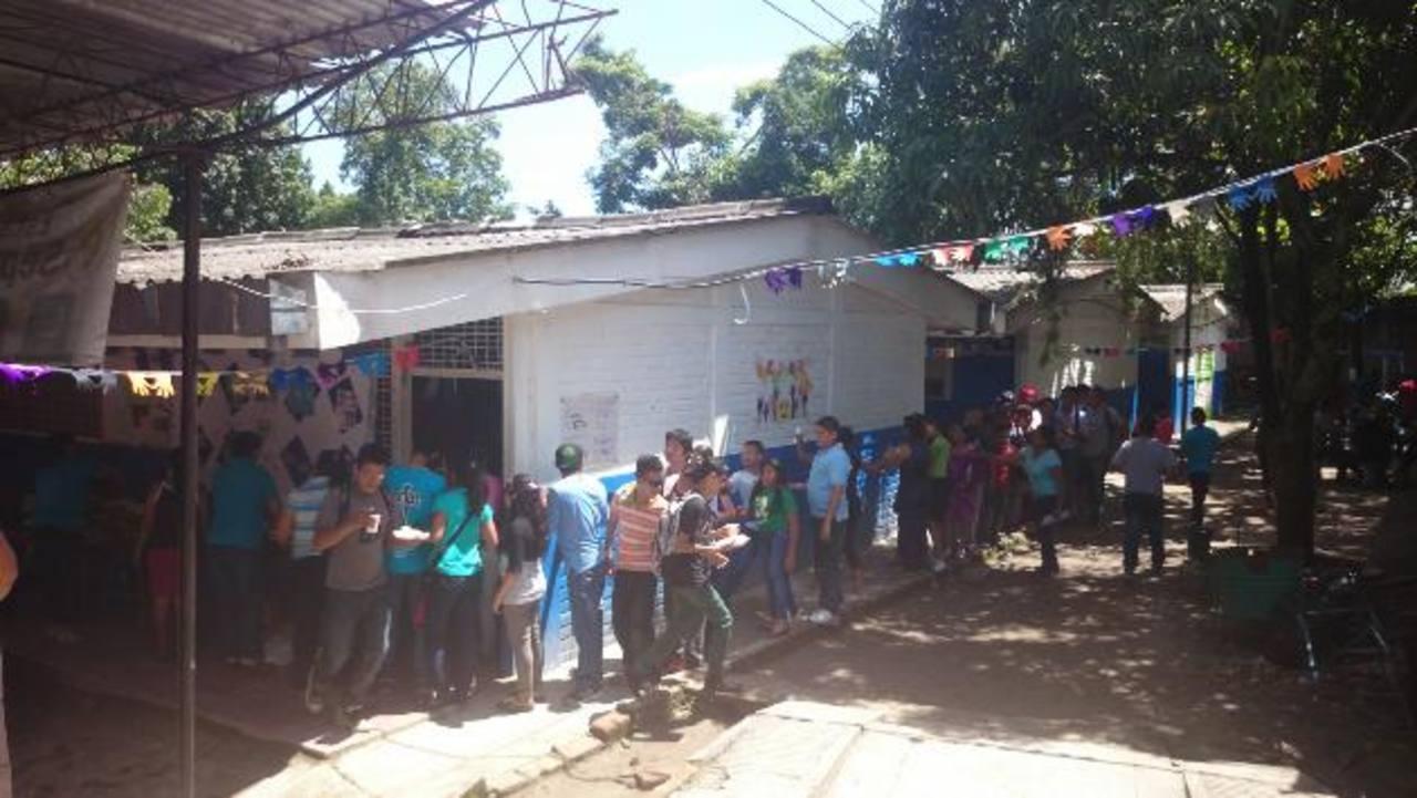 Cuando los maestros llamaron para entregar el refrigerio, todos los alumnos hicieron fila rápidamente. Fotos EDH/ Susana Joma