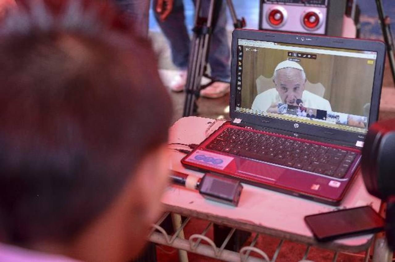 Gerardo estuvo atento a las indicaciones, mientras se ultimaban los detalles para hacer el enlace hasta el Vaticano FOTOs EDH / marvin recinos.Durante su corta intervención, el Papa Francisco instó a los cinco jóvenes a no tener miedo y a trabajar un