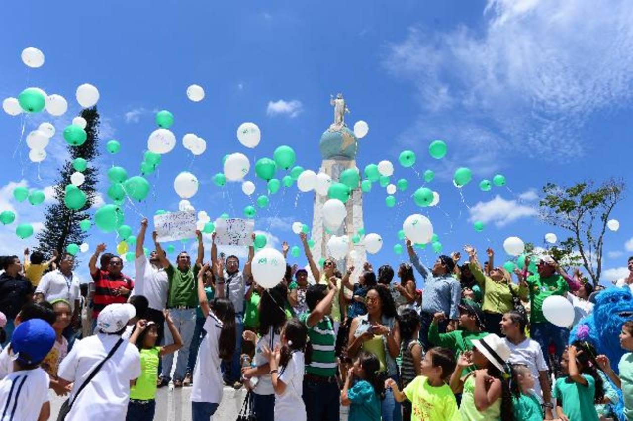 Los asistentes soltaron globos verdes por los sueños de los niños y blancos por los que fallecieron a causa del mal.