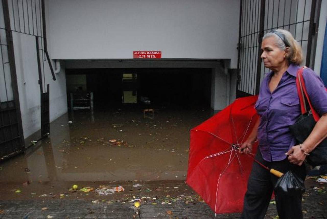 Un estacionamiento subterráneo quedó inundado. Un vehículo estaba adentro. foto edh / CRISTIAN DÍAZ