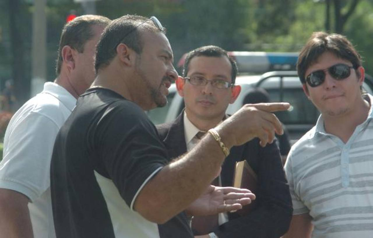 El parlamentario Wilber Rivera (izquierda de negro) durante un procedimiento policial. Foto EDH