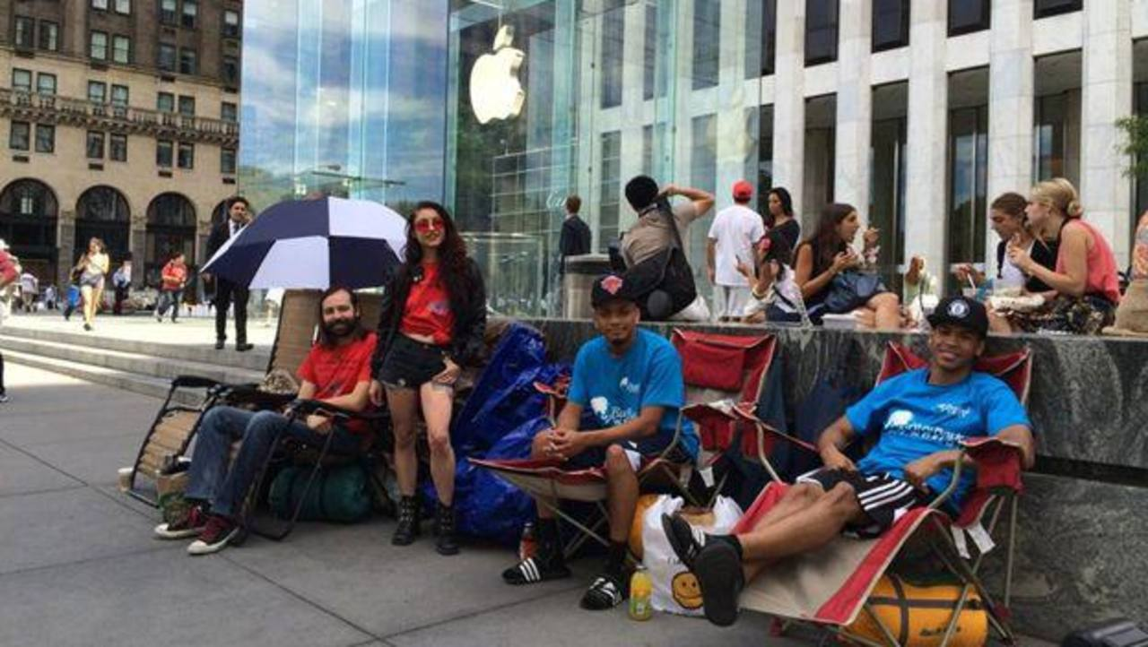 Varias personas ya hacen fila en la Apple Store de Nueva York para comprar el iPhone 6.