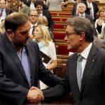 El presidente de Cataluña, Artur Mas (d) en el Parlamento, luego de la aprobacion de la ley que permitirá hacer el referéndum.