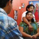 Carlos y Francisca junto a su hijo Carlos; viven en Lynn, Massachusetts. Sus rostros son protegidos con mosaico, por motivos de seguridad de la familia. Foto EDH / tomada de The Boston Globe