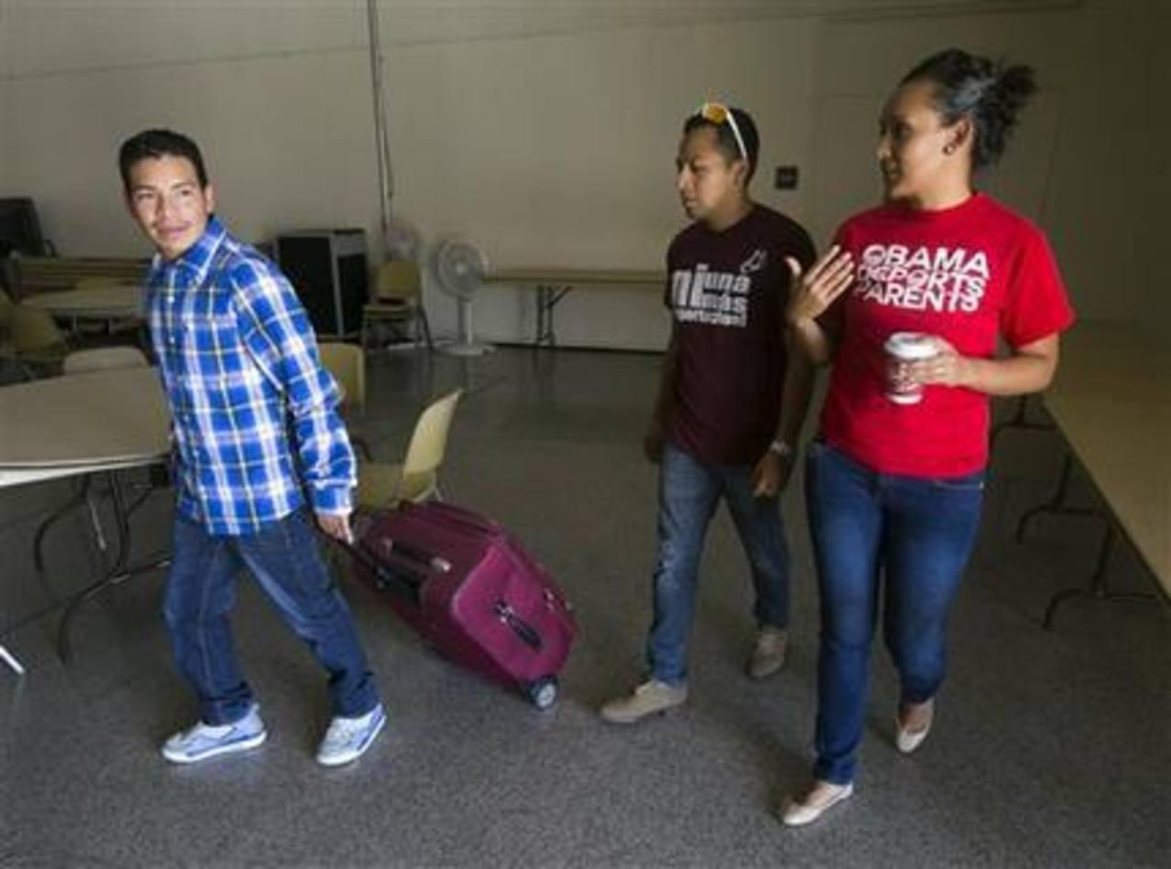 El guatemalteco Luis López llega con sus pertenencias a una iglesia presbiteriana de Tempe, Arizona, en la que se refugió para evitar su deportación. Lo acompañan César Vargas (centro) y Erica Andiola, activistas de la Arizona Dream Act Coalition.