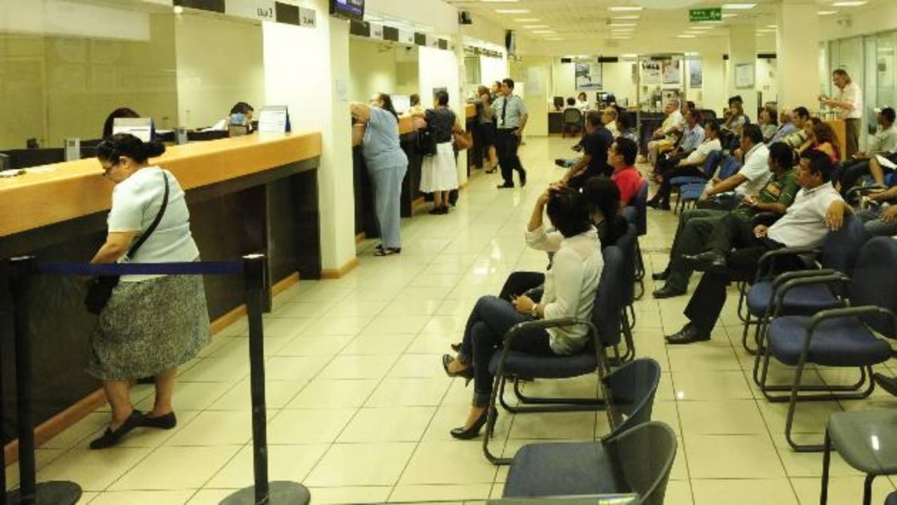 Las transacciones financieras se están complicando más con la vigencia de la nueva ley tributaria que aprobó la Asamblea en julio pasado. Foto EDH/ Archivo